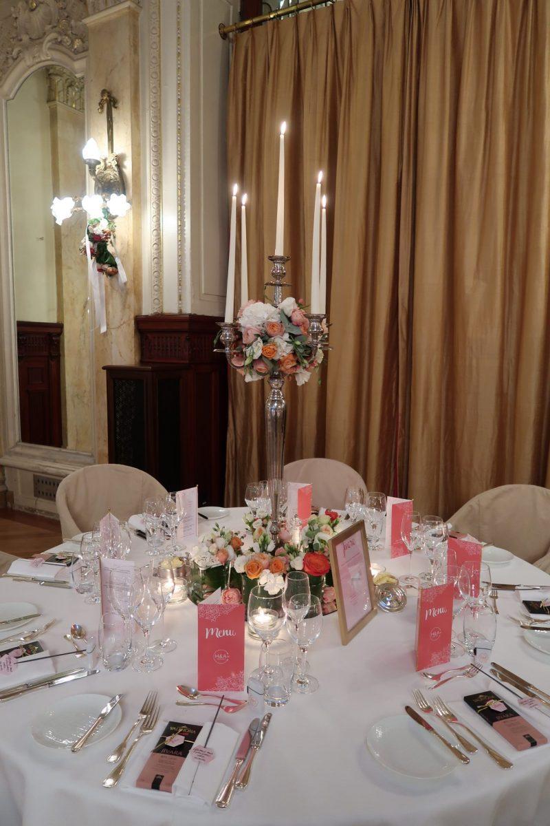 Décoration de mariage corail et rose avec papeterie et cadeaux invités