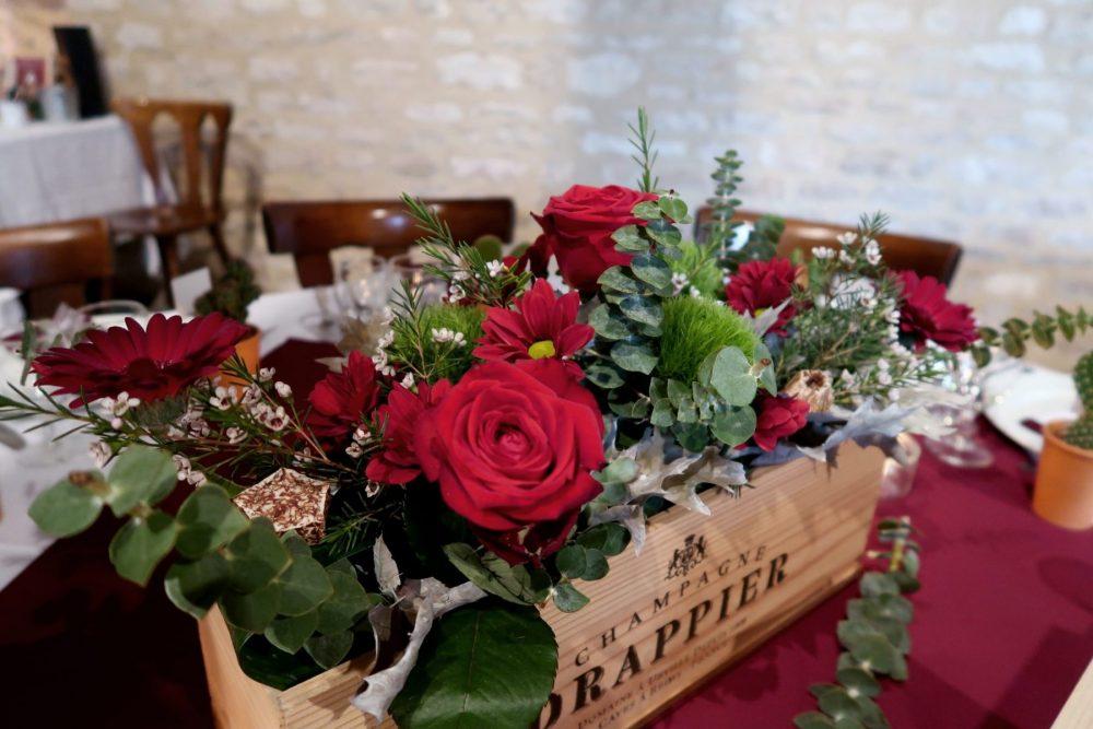 Centre de table dans caisse de champagne rustique fleurs rouges