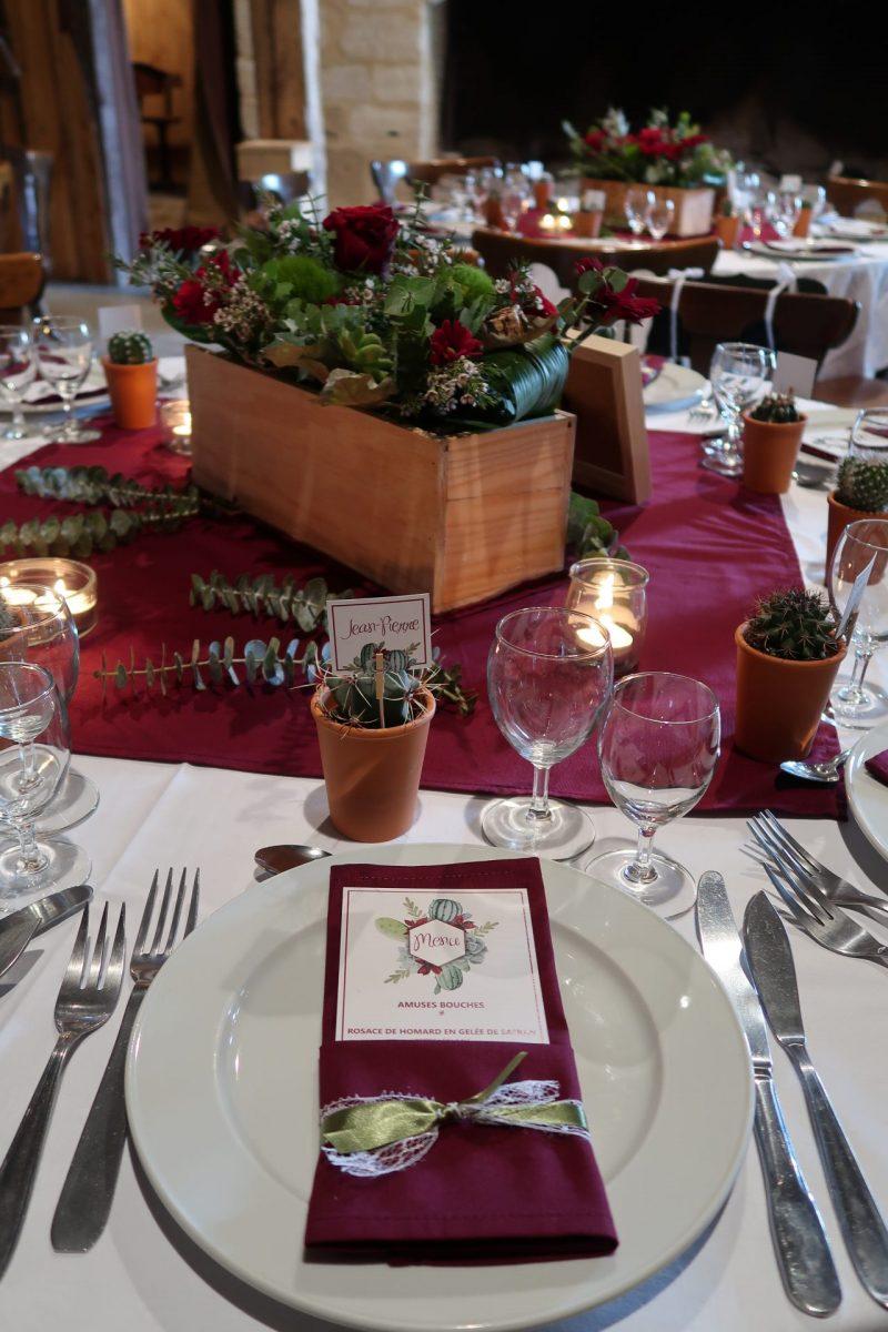 Décoration table avec menu personnalisé et cactus en cadeau invité