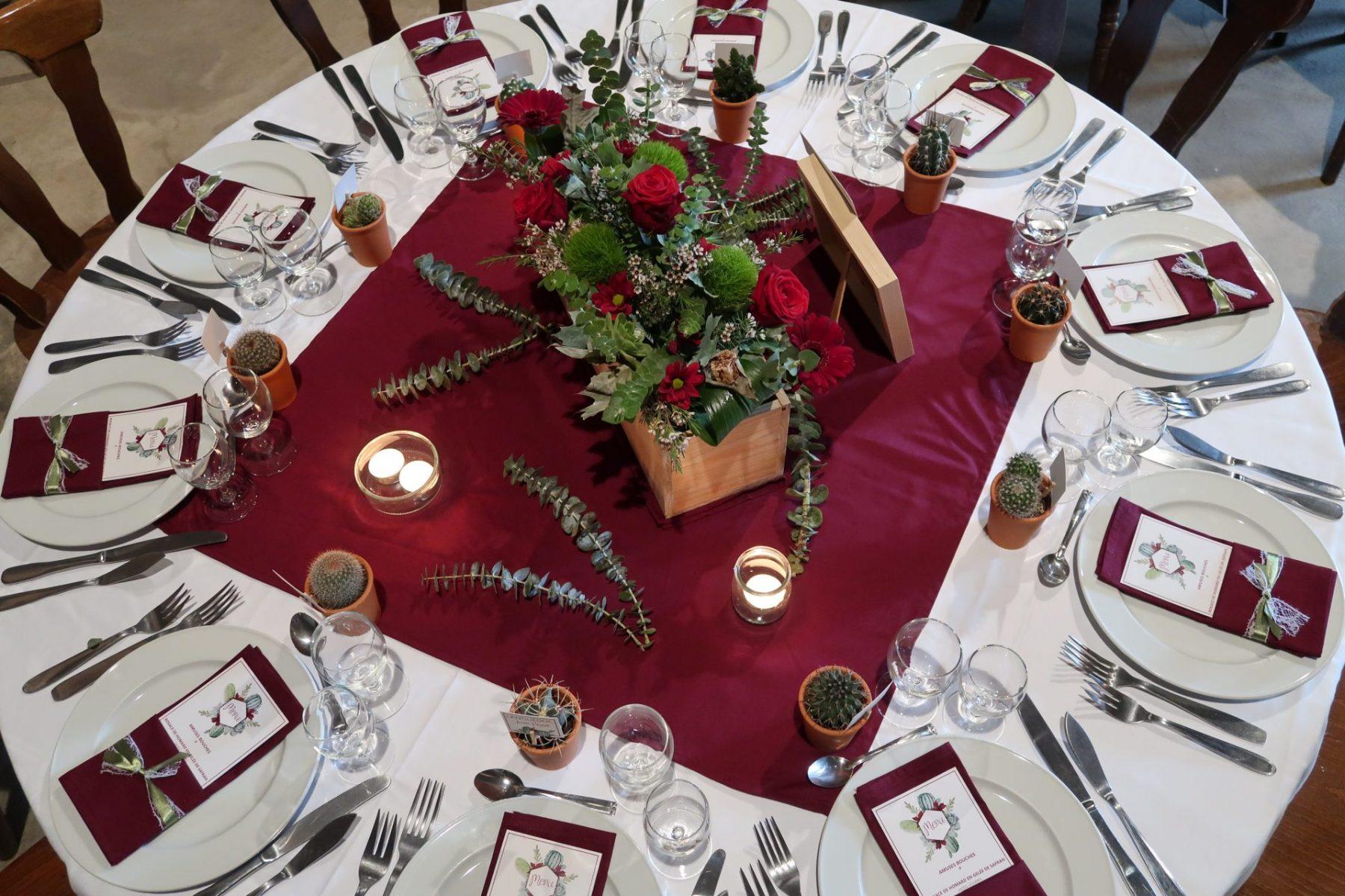 Décoration table ronde thème rustique avec cactus
